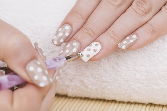 How to Apply Top Coats on Nail Art
